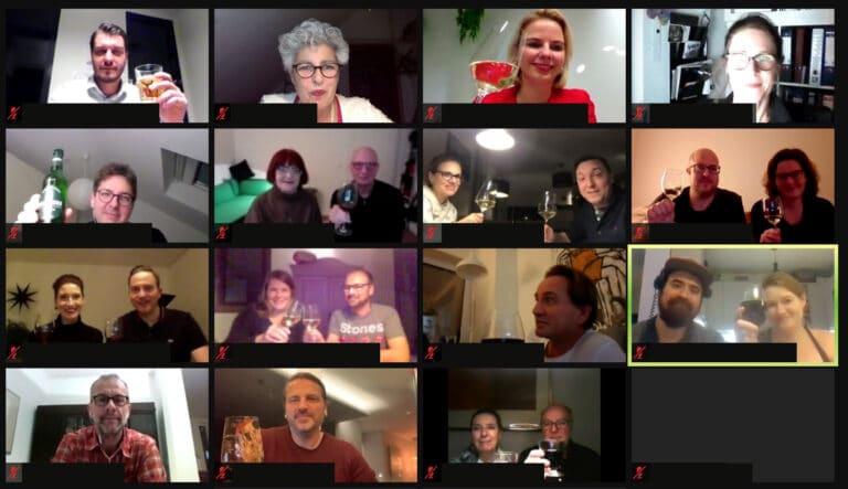 """Räumlich getrennt und doch vereint – die Teilnehmer des """"Digitalen Nachbarschaftsabend"""" stoßen auf einen gelungenen Abend an."""